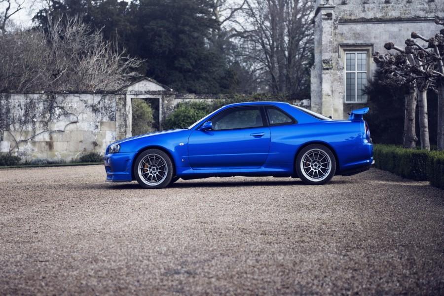 Nissan de color azul