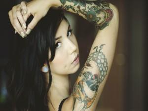 Chica con tatuajes en el brazo