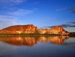 Rocas reflejadas en el agua (Territorio del Norte, Australia)