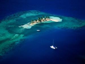 Barcos navegando hacia una pequeña isla
