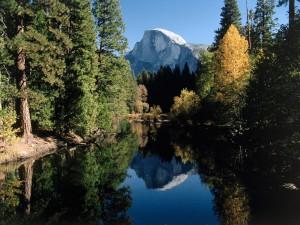 El Half Dome reflejado en el río (Yosemite)