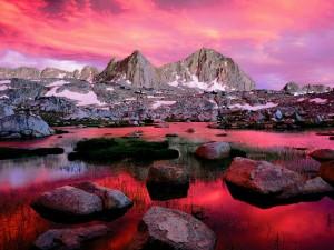 Cielo rosado reflejado en un lago de montaña