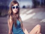 Chica con camiseta y gafas de sol de color azul