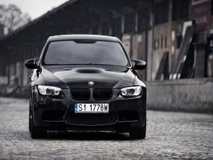 Un BMW en una cale empedrada