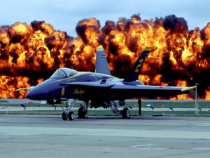 Fuego tras un avión militar