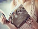 Chica leyendo un libro de Elizabeth Eulberg