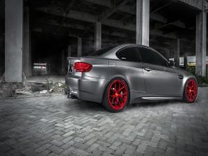 BMW con las llantas rojas
