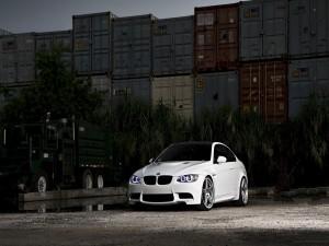 Un BMW M3 aparcado junto a unos contenedores de carga