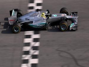 Formula 1 cruzando la línea de meta