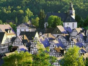 Sol iluminando las casas de Freudenberg (Alemania)