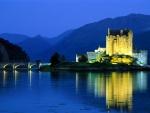 Castillo Eilean Donan iluminado en la noche