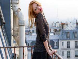 Chica en un balcón de París