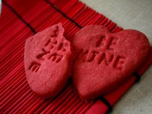 Galletas rojas con una inscripción