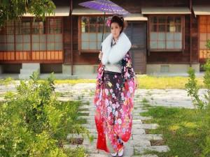 Mujer japonesa con un kimono de flores y una sombrilla