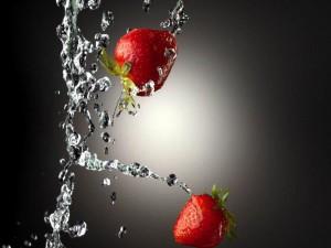 Deliciosas fresas caen al agua