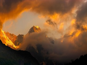 Espesas nubes sobre las montañas