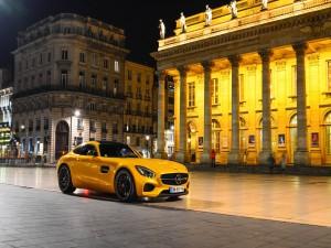 Un radiante Mercedes Benz amarillo