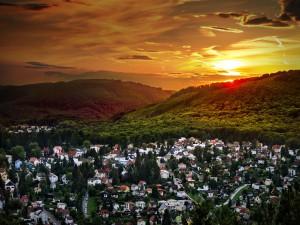 Hermoso amanecer sobre un pueblo