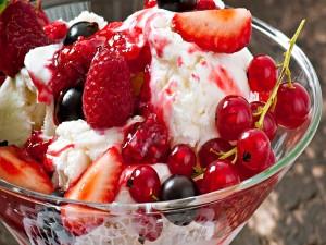 Delicioso postre con frutas y helado
