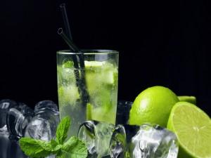Cóctel mojito con hielo, limón y menta