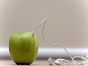 Auricular en una manzana