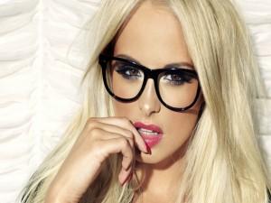 Una guapa modelo con gafas sin cristales