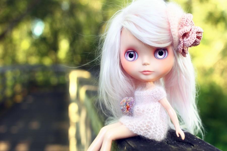 Muñeca con un adorno en el pelo