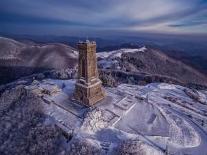 Monumento Shipka en la cima de la montaña (Paso de Shipka, Bulgaria)
