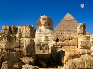 Luna sobre la Gran Esfinge de Guizalas y Pirámides de Egipto