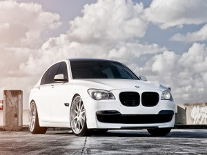 BMW 750 de color blanco