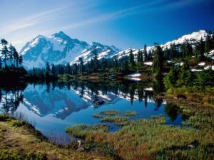 Montañas nevadas reflejadas en un pequeño lago