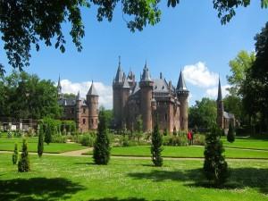 Calles y jardines rodean el castillo