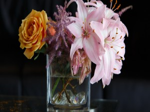 Preciosas flores en un recipiente de vidrio