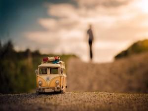 Una pequeña Volkswagen en la carretera