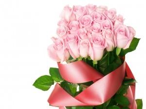 Rosas con una cinta color rosa