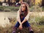 Chica sentada junto al lago