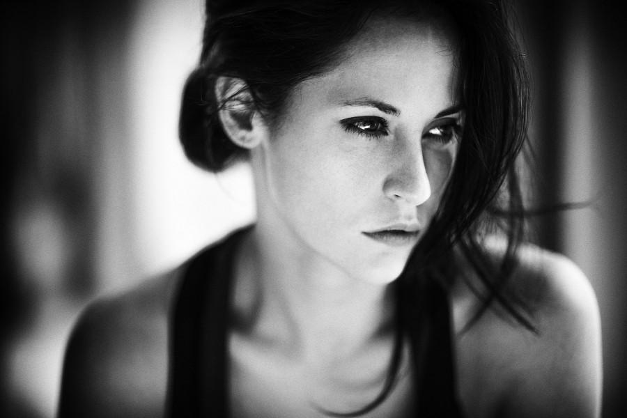 Una guapa modelo en blanco y negro