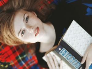 Chica con un libro entre las manos