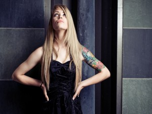Modelo con un bonito tatuaje en el brazo