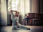 Chica junto a un piano