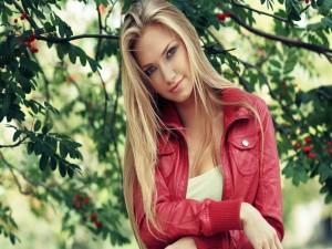 Chica bajo un árbol frutal