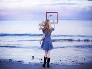 Chica a orillas del mar