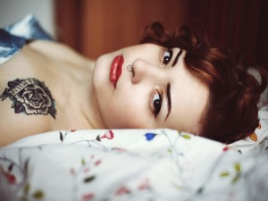 Chica con un tatuaje en el hombro