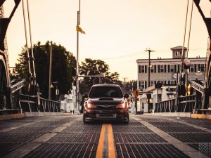 Subaru Impereza STI con las luces encendidas