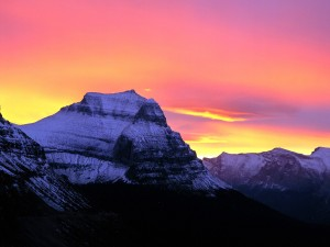 Hermoso amanecer en las montañas