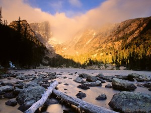 Sol iluminando las montañas al amanecer