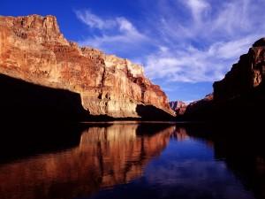 Montañas reflejadas en el río Colorado