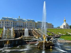 Personas observando las fuentes frente al Palacio Peterhof (San Petersburgo)