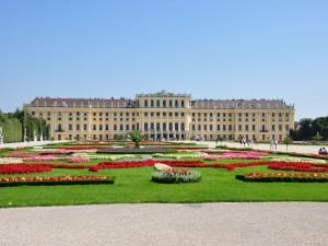 Impresionante jardín frente al Palacio de Schönbrunn (Viena, Austria)