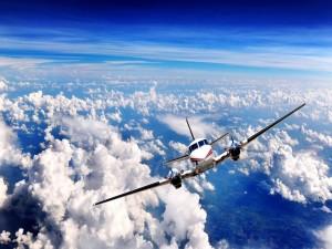 Avioneta en pleno vuelo sobre las nubes